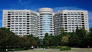 鶴舞公園から望む名古屋大学医学部附属病院