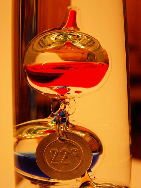 File:Nahaufnahme Glaskörper Galileo Thermometer.jpg