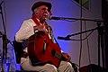 Omar Moreno Palacios en Huella Argentina (ciudad de La Rioja), 26 de febrero de 2015. Fotografía de Mauro Rico (del Ministerio de Cultura de la Nación). Sentado, con guitarra.jpg