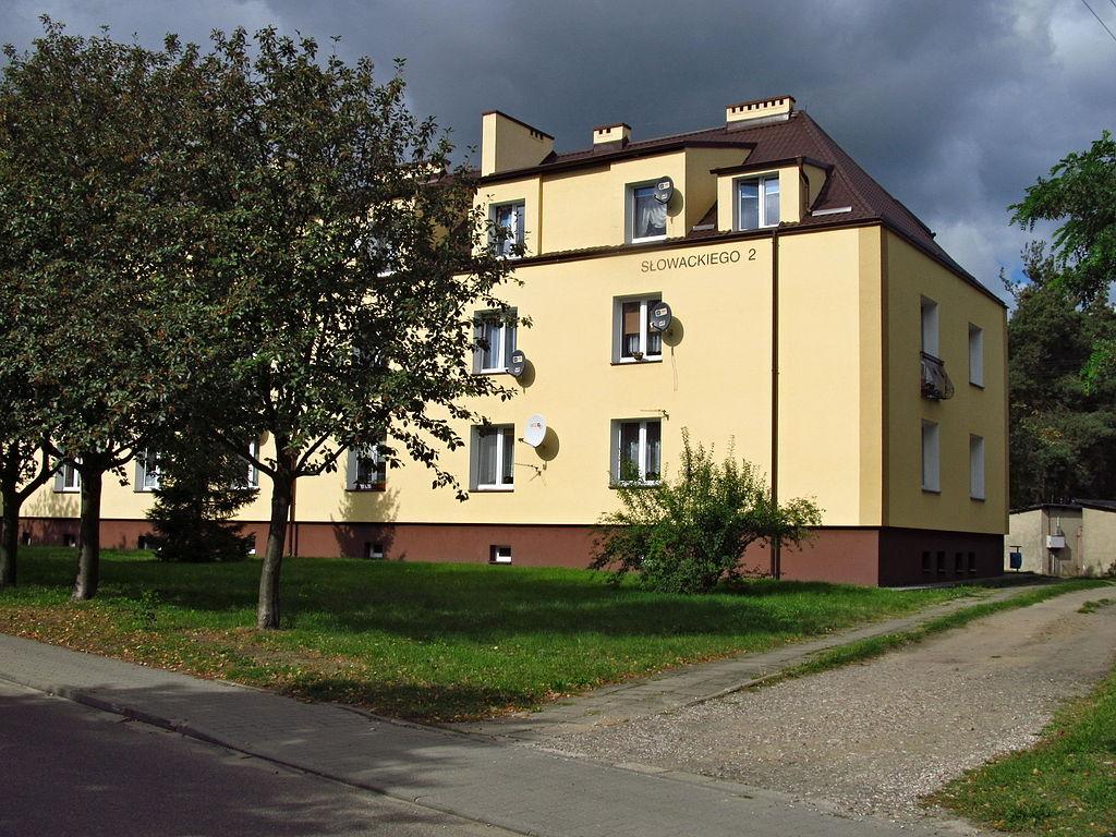 1024px-Osiedle_mieszkaniowe_przy_ulicy_S%C5%82owackiego_02.JPG