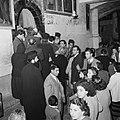 Paasviering. Priesters en gelovigen bij de ingang van de Heilige Graf kerk, Bestanddeelnr 255-5234.jpg