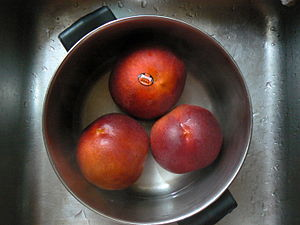 Parboiling - Parboiling peaches to remove their skin