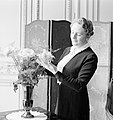 Pavla Vachková-Osuská, echtgenote van diplomaat Štefan Osuský, poserend bij een , Bestanddeelnr 255-8783.jpg