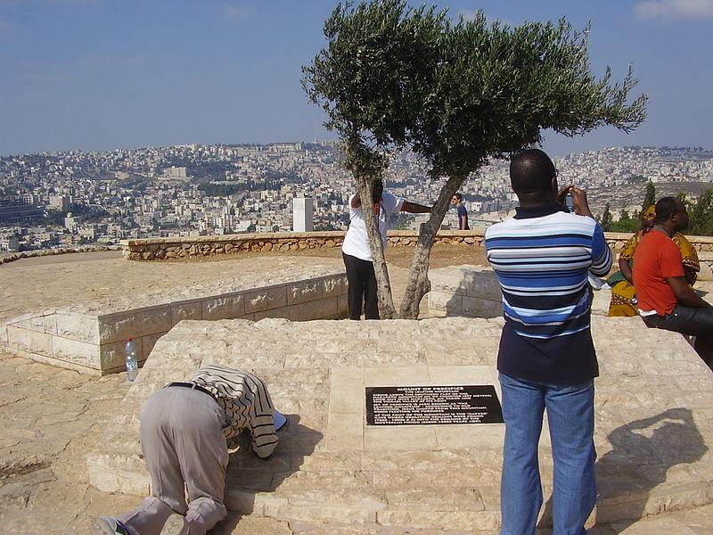 צליינים מתפללים בהר הקפיצה