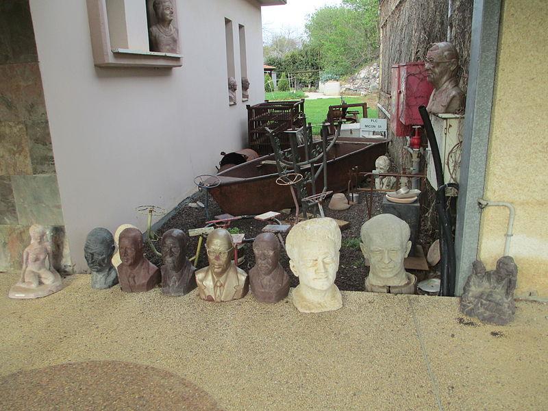 פסלים בכפר בלום