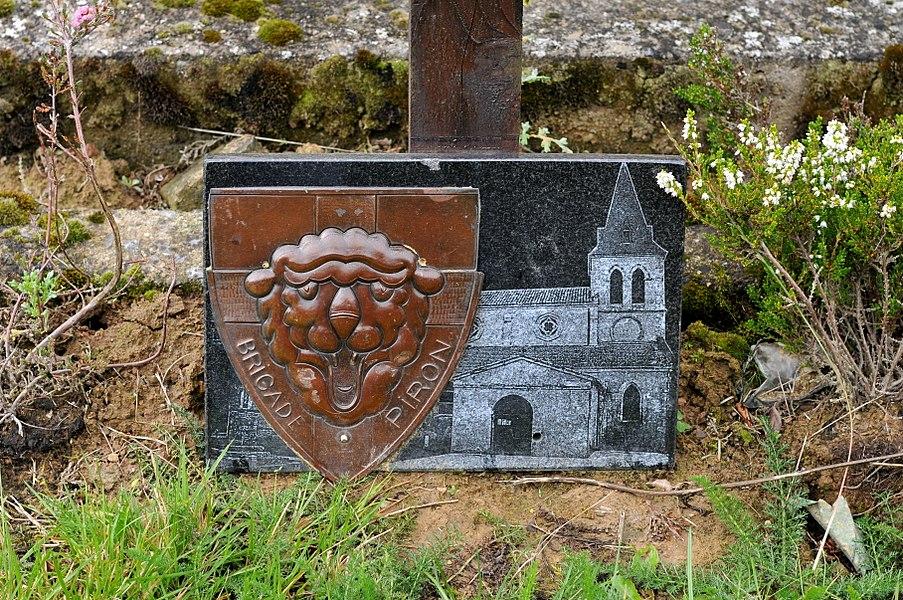 Plaque de la Brigade Piron sur une tombe au cimetière de la F.N.A.P.G. dans la commune de Sainte-Ode.