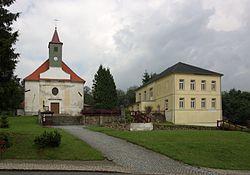 Pohorská Ves - kostel a bývalá fara.jpg