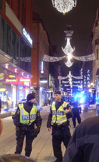 2010 Stockholm bombings - Police closed off Drottninggatan at its intersection with Bryggargatan (a small street outside the picture to the left) after the second explosion.