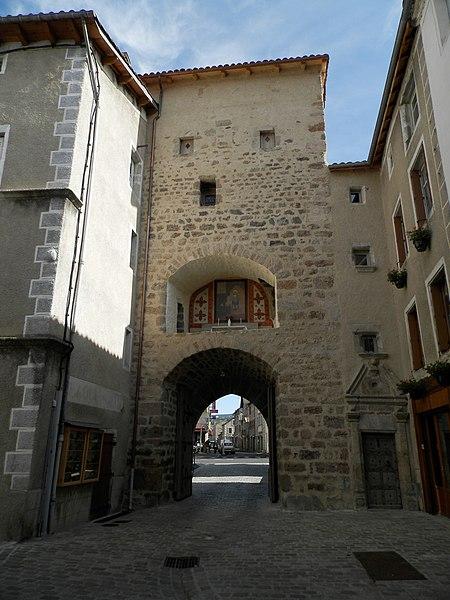 La porte haute , située au Malzieu ville en Lozère fut une tour de guet puis elle servit d'oratoire'