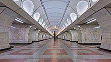Un couloir souterrain, lumineux et vide.