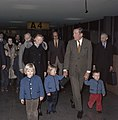 Prinses Beatrix en kinderen halen Prins Claus af op Schiphol ( Prins Claus terug, Bestanddeelnr 254-9172.jpg