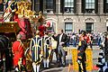 Prinsjesdag 2014 - Koning helpt Koningin uit Gouden Koets.jpg