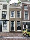 foto van Pand met lijstgevel met empire ramen en dakvenster in het schilddak