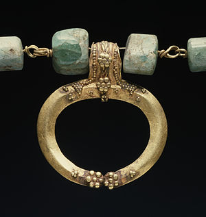 """Lunula (amulet) - Necklace with gold """"Lunula"""" and chain links of agate, decorated with filigree. Roman Imperial (1st century AD)"""