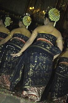 Batik dipakai untuk membungkus seluruh tubuh oleh penari Tari Bedhoyo ...