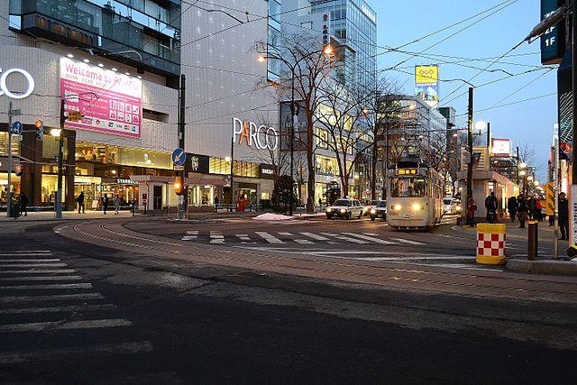 札幌市電の西4丁目 - すすきの間の延伸により札幌の駅前通りに新たに敷設された路線。ダブル(デュアル)サイドリザベーション方式による敷設となっている
