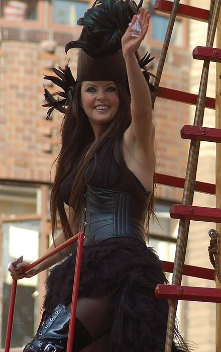 Sarah Brightman performing The Journey Home at the Macy's Thanksgiving Day Parade in 2007 Sarah brightman.jpg