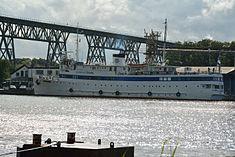 Schleswig-Holstein, Hochdonn, Fähranleger am N-O-Kanal; das Motorschiff Brahe lag dort als Hotelschiff für Wacken Open Air 2015 NIK 5376.jpg