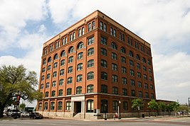 Il Texas School Book Depository nel 1963 (visto da Houston Street) e nel 2005