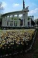 Schwarzenbergplatz heldendenkmal tulpen.jpg