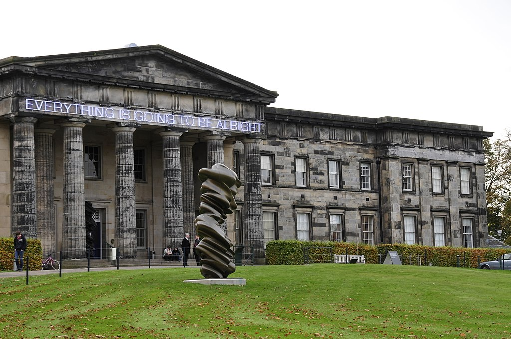 "Façade du musée Scottish National Gallery of Modern Art d'Edimbourg ""Everything is going to be allright"". Photo de T. Thielemans"