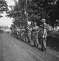 Sectie militairen op een rij Dit plaatje toont aan hoe men NIET moet halthou…, Bestanddeelnr 15860.jpg
