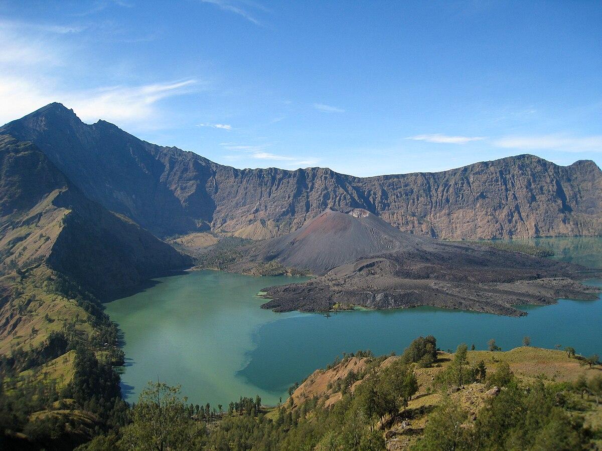 Danau Segara Anak merupakan salah satu danau terdalam di Indonesia