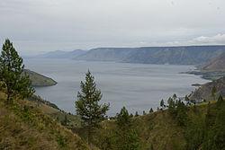 מבט על האגם ועל האי סמוסיר שנמצא בו.
