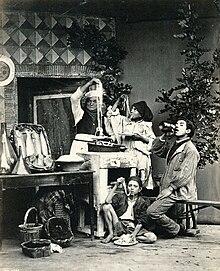 Spaghetti eaters (mangiatori di spaghetti) di Giorgio Sommer (XIX sec.). Esistono testimonianze antichissime dell'esistenza di impasti filiformi di acqua e varie farine. Le civiltà mediterranee ed estremo-orientali avrebbero sviluppato in modo indipendente questo tipo di produzione[2].