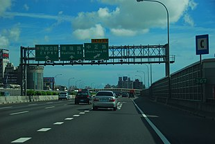 Southbound lane on Jhongjheng Rd Exit of Kaohsuing IC on the Taiwan No2 National Highway.JPG