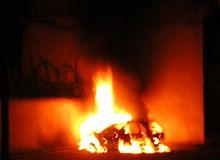 Una macchina in fiamme a Strasburgo durante le rivolte del 5 novembre