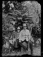 Strindberg och döttrarna i trädgården i Gersau, Schweiz - Nordiska Museet - NMA.0033021.jpg