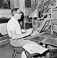 Tel Aviv. Typograaf aan het werk achter een linotype zetmachine in de drukkerij , Bestanddeelnr 255-1878.jpg