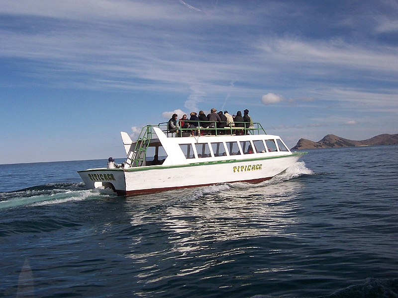 Ficheiro:Titicaca tourist boat.jpg
