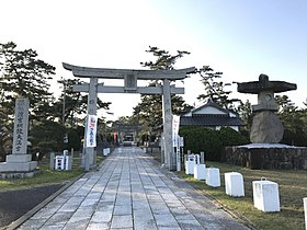 Torii and stone lantern of Tsunashiki Temman Shrine 2.jpg