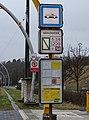 Tramvajová zastávka Geologická, zastávkový sloupek do centra a značky.jpg