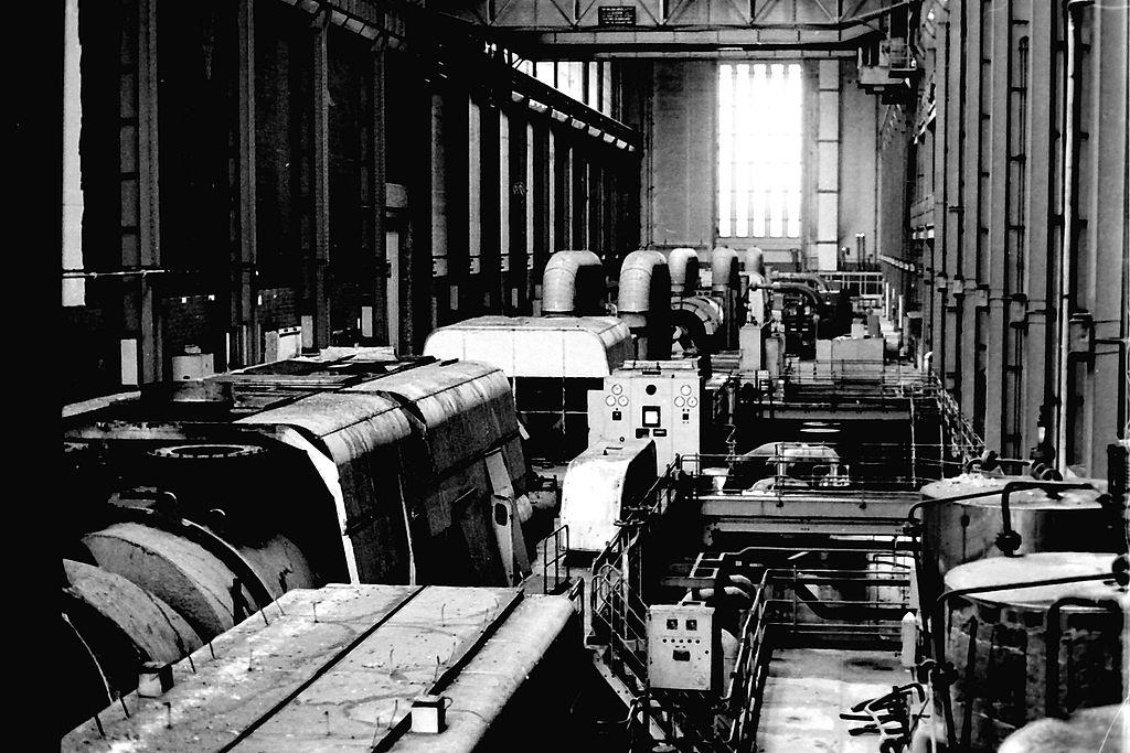 Intérieur de la centrale électrique de Bankside en 1991 devenue la Tate Modern. Photo de Cwrcun.
