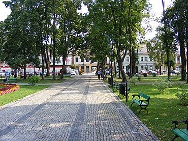 Ul. Kościuszki widziana z Parku Konstytucji 3 Maja w Suwałkach