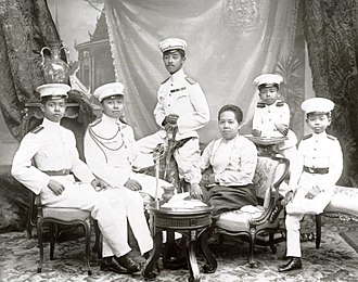 Chakrabongse Bhuvanath - Queen Saovabha and her sons, circa 1900 (from left to right: Prince Asdang, Crown Prince Maha Vajiravudh, Prince Chakrabongse, Queen Saovabha, Prince Prajadhipok, and Prince Chudadhut)