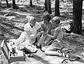 Van der Polls vrouw Nell Langlais en zijn stiefdochters Hans (rechts) en Renée i, Bestanddeelnr 189-0496.jpg