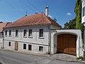 Veszprém 2016, műemlék lakóház szegmensíves kocsiáthajtós kapuval, Szent István utca 3.jpg