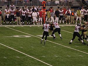 Vick escaneando el terreno de juego contra los New Orleans Saints. aad59d32ac0