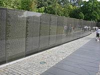 Zeď z černé žuly s vyrytými jmény