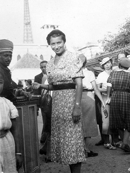File:Világkiállítás 1937., háttérben az Eiffel-torony ...