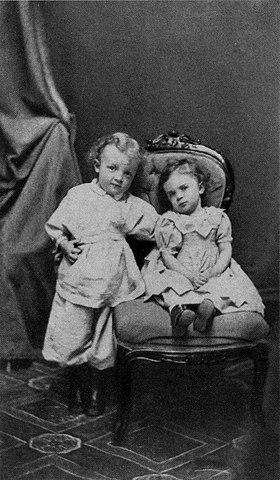 Володя Ульянов в возрасте 4 лет со своей сестрой Ольгой. Симбирск. 1874 год