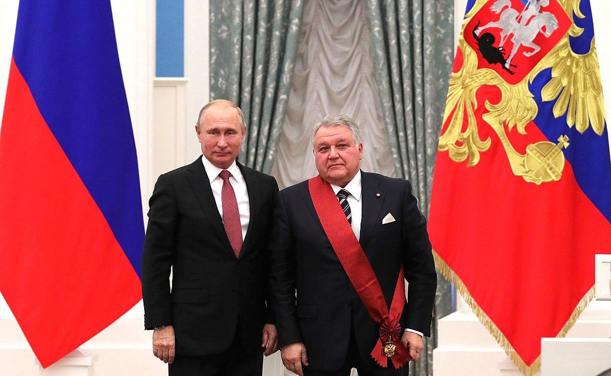 Файл:Vladimir Putin at award ceremonies (2018-11-27) 09.jpg — Википедия