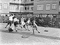 Voetballende jongens van de Daltonschool in Amsterdam, Bestanddeelnr 189-0141.jpg
