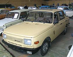 Wartburg 353 model '85.  W latach ~1983-88 imitując tworzywo sztuczne fabrycznie lakierowano metalowe zderzaki na czarno. Plastiki pojawiły się dopiero wraz z modelem 1.3.