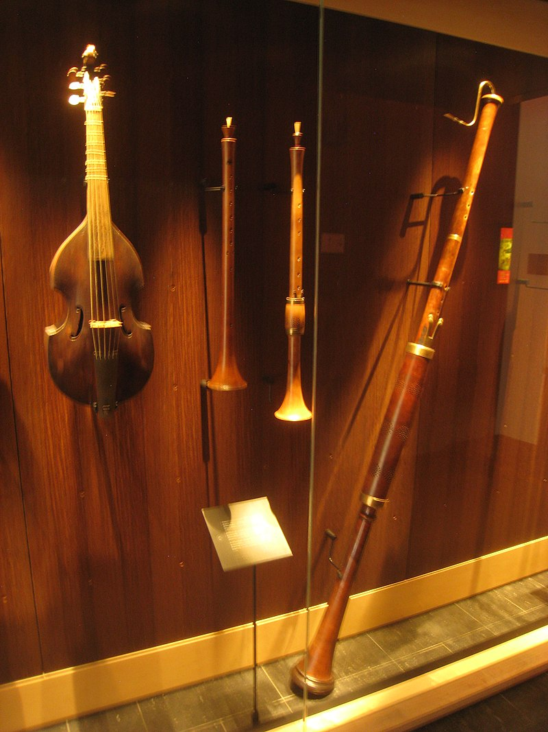 https://upload.wikimedia.org/wikipedia/commons/thumb/6/68/Wind_instruments_-_Musical_Instrument_Museum%2C_Brussels_-_IMG_3968.JPG/800px-Wind_instruments_-_Musical_Instrument_Museum%2C_Brussels_-_IMG_3968.JPG