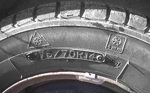 Pneumatico con simbolo del Nord America per gli pneumatici invernali, seguito dalla dicitura dello spessore minimo che deve avere il battistrada (4 mm) per essere considerato invernale.